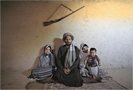 13-летная невеста Мохаммада  Маджаби (слева), её муж и старшая жена. Фото: blog.sohu.com