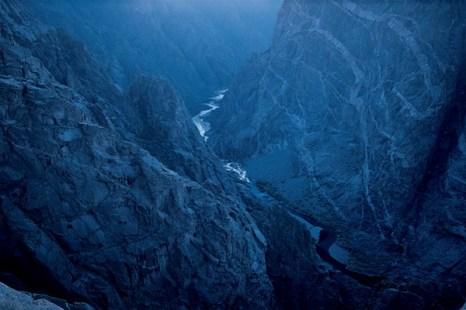 Черный каньон национального парка Ганнисон, штат Колорадо. Черный Каньон – это чрезвычайно глубокое и узкое ущелье, и по его дну протекает река Ганнисон. Фото: Jake Rajs