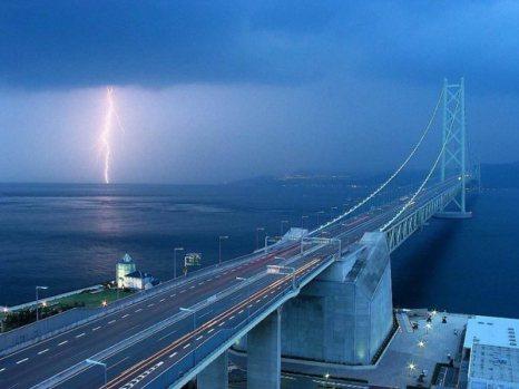 Самый длинный висячий мост (длина таких мостов определяется по длине основного пролета) расположен в Японии. Фото: bigpicture.ru