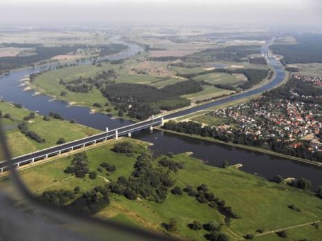 Он позволяет пересекаться двум каналам – Среднегерманскому и каналу, соединяющему реки Эльба и Хафель. Фото: bigpicture.ru