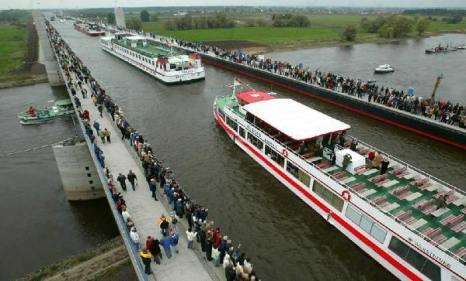 Общая длина моста – 918 метров и кроме кораблей по нему могут ходить пешеходы.Фото: bigpicture.ru