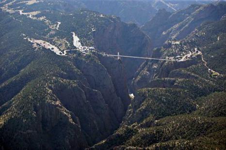 Еще один из самых высоких мостов мира расположен в американском штате Колорадо, над Королевским ущельем. Называется он Royal Gorge Bridge.  Фото: bigpicture.ru