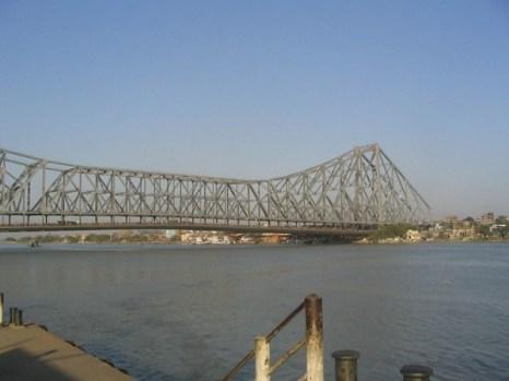 Мостом с самой высокой реальной пропускной способностью является мост Ховрах в индийском городе Калькутта через реку Хугли, впадающую в Ганг. Суточная норма моста – 4 миллиона пешеходов и порядка 150 000 единиц транспорта.Фото: bigpicture.ru