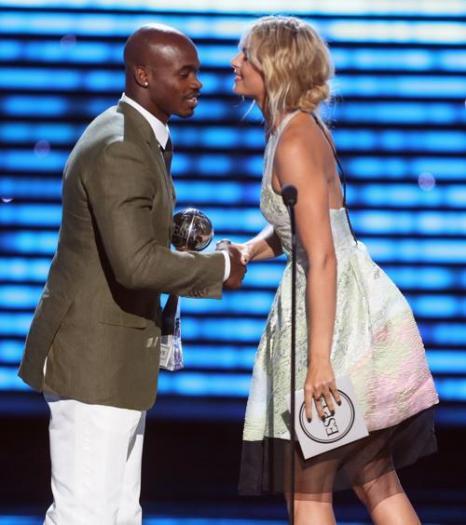 Мария Шарапова вручила премию игроку НФЛ Адриану Петерсону на церемонии вручения спортивных наград ESPY Awards 2013 в Лос-Анджелесе