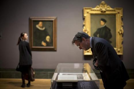 Николас Пенни, директор Национальной галереи, смотрит на исторические документы на выставке «Рождение коллекции» в Национальной галерее Лондона 21 мая 2013 года. Фото: Dan Kitwood/Getty Images for Barber Institute of Fine Arts