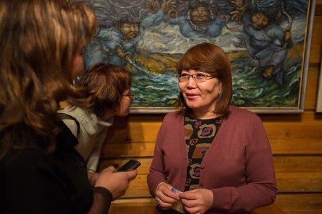 Организатор выставки Халтуева Роза Михайловна рассказывает о выставке и её участниках. Фото: Николай Ошкай/Великая Эпоха (The Epoch Times)