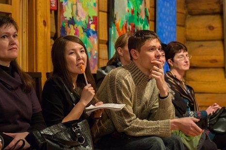 Молодая художница Дережанова В.Д. рассказывает  о своих картинах. Фото: Николай Ошкай/Великая Эпоха (The Epoch Times)