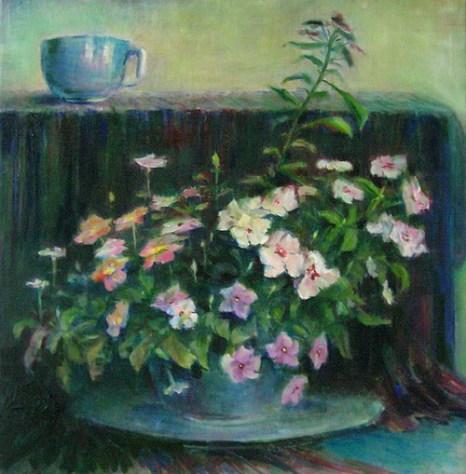 Розовые цветы с чашкой. Фото с сайта tarbut.zahav.ru
