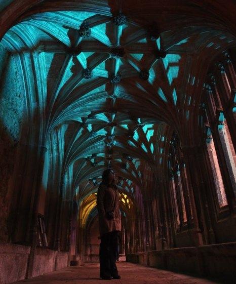 Исторический монастырь в английской деревне Лэкок представит новую световую инсталляцию – Into the Light - Illuminating Lacock Abbey с 12 января 2013 г. Фото: Matt Cardy/Getty Images
