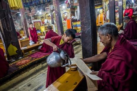 Чай после пуджи. Монастырь Тикси поблизости от Ле. Ладак. Фото: Daniel Berehulak/Getty Images