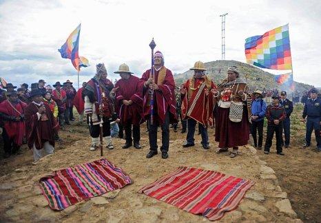 Президент Боливии Эво Моралес (в центре) и министр иностранных дел Давид Чокеуанка (слева) приняли участие в ритуале подготовки к летнему солнцестоянию на острове Интья на озере Титикака. Фото: JORGE BERNAL/AFP/Getty Images