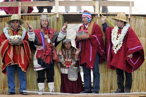 Президент Боливии Эво Моралес (второй справа) и министр иностранных дел Давид Чокеуанка (справа) приняли участие в ритуале подготовки к летнему солнцестоянию на озере Титикака. Фото: JORGE BERNAL/AFP/Getty Images