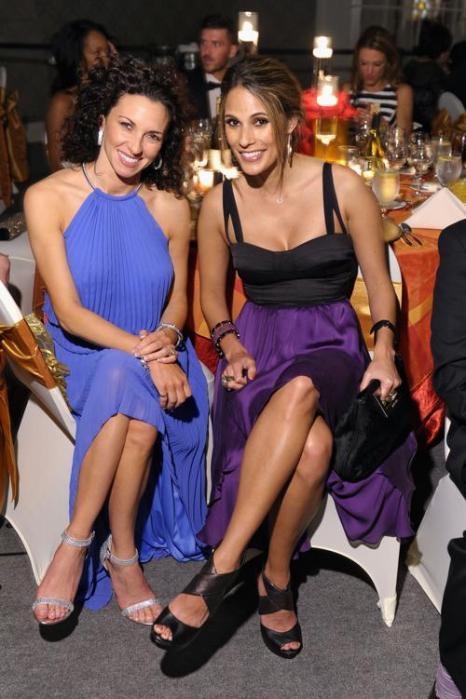 Бонни-Джилл Зоуи Лафлин (п) и Холли Хаггинс на праздничном вечере в преддверии 139 скачек Дерби-Кентукки 3 мая 2013 года. Фото: Michael Loccisano/Getty Images for York Sisters, LLC