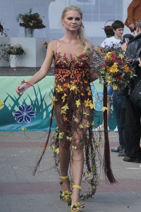 Модель в платье-победителе конкурса на лучшее цветочное платье. Фото: Николай Карпов/Великая Эпоха (The Epoch Times)