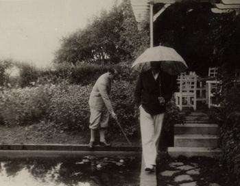 Кристиан Диор и его брат в саду виллы Ле Румбс в Гранвилле. Фото: Christian Dior Granville