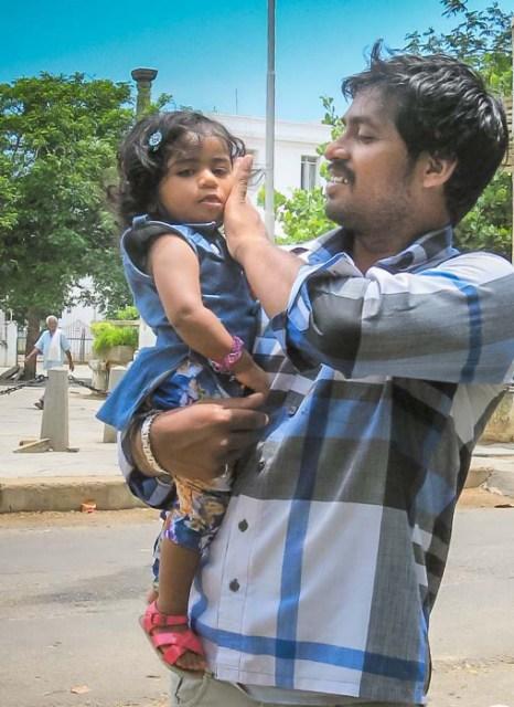 Индийские папы и их дети. Фото: Татьяна Виноградова/Великая Эпоха (The Epoch Times)
