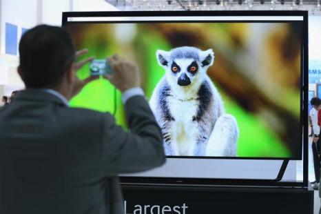 Телевизор Samsung с разрешением UltraHD 4000K на открывшейся 53-й международной выставке бытовой электроники IFA 2013 в Берлине 5 сентября 2013 года. Фото: Sean Gallup/Getty Images