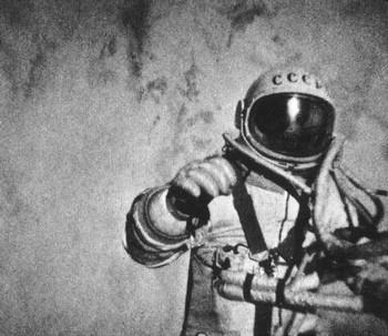 Алексей Леонов в открытом космосе. Фото с openbiz.com.ua