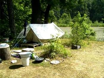 Московские пенсионеры сдали свою квартиру и переехали в палатку. Фото с moseco.ru