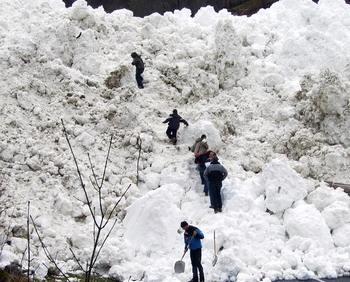 Снежными лавинами засыпало ремонтных работников на перегоне Заозерное - Пугачево  железной дороги Сахалина: ведутся спасательные работы. Фото: JOSE NAVARRO/AFP/Getty Images