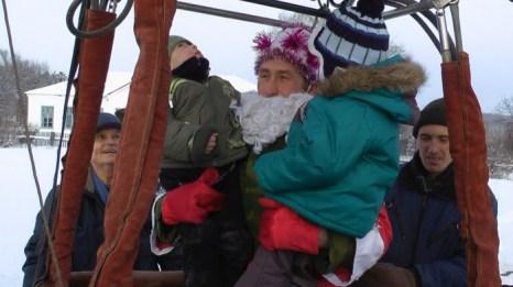 Дед Мороз прилетел в Уджей на воздушном шаре. Фото: Андрей Поляков