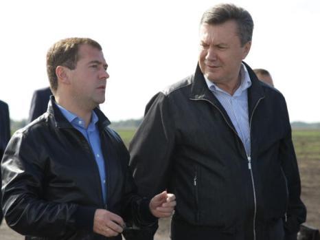 Медведев в Брянске вместе с Януковичем участвовал в автопробеге. Фото: VLADIMR RODIONOV/AFP/Getty Images