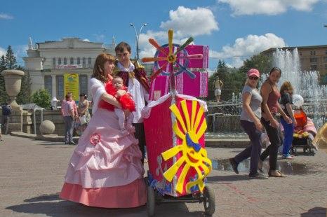 Парад детских колясок прошел в Новосибирске. Фото: Сергей Кузьмин/Великая Эпоха (The Epoch Times)