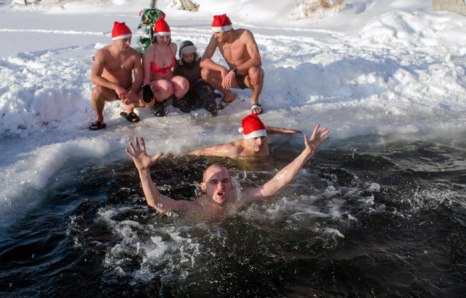 Любители зимнего купанья в Новосибирске наступление Нового года праздновали в ледяной воде в проруби. Среди моржей даже был свой Дед Мороз. Фоторепортаж. Фото: AFP/ Getty Images