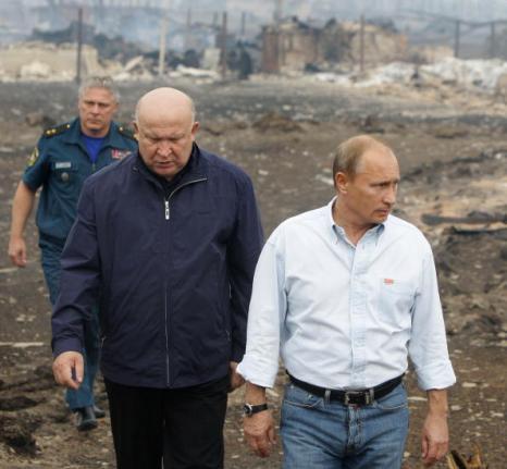 Пожар в Выксунском районе в Нижегородской области.  Владимир Путин посетил эти места и пообщался с погорельцами, пообещав выплатить компенсации. Фоторепортаж. Фото: ALEXEY SAZONOV/ALEXEY DRUZHININ/AFP/Getty Images