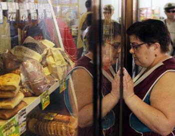 Мониторинг цен на продукты в Иваново. Фото: MIKHAIL MORDASOV/AFP/Getty Images