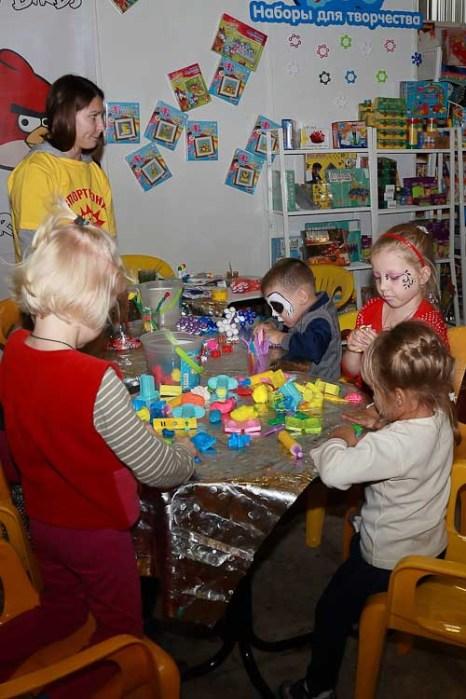 Наборы для творчества помогают детям развивать свою фантазию. Спортлэнд 2012г. Фото:  Сергей Лучезарный/Великая Эпоха (The Epoch Times)