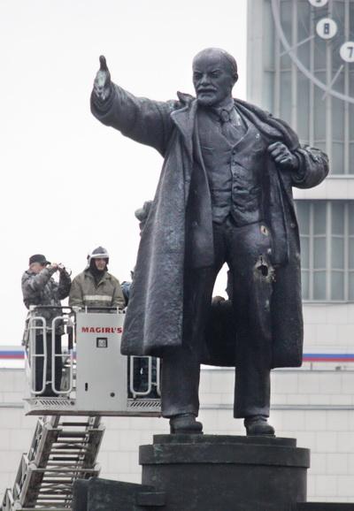 Памятник Ленина в очередной раз взорвали в пригороде Петербурга. Фото: ELENA PALM/AFP/Getty Images