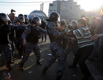 Борьба полиции с оппозицией на «Марше миллионов» 6 мая 2012 года. Фото: ANDREY SMIRNOV/AFP/GettyImages