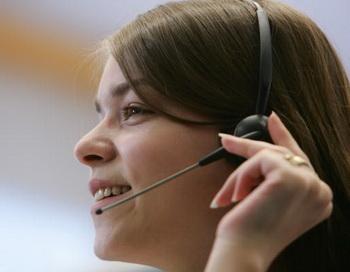 Телефонный оператор на «горячей линии». Фото:  Andreas Rentz / Getty Images