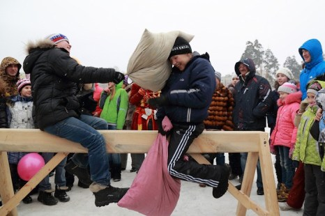 Масленица в Новосибирске. Богатырские забавы на Первой городской лыжне. Фото: Сергей Кузьмин/Великая Эпоха (The Epoch Times)