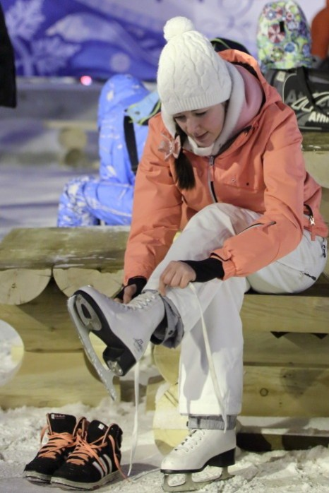 Открытие главной ёлки в Новосибирске. Вокруг ёлки залит бесплатный каток и работает прокат коньков. Фото: Сергей Кузьмин/Великая Эпоха (The Epoch Times)
