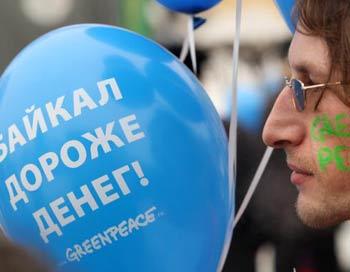 Участники митинга выражают солидарность со всеми защитниками Байкала и призывают граждан России   присоединиться к действиям в защиту природного достояния. Фото: KIRILL KUDRYAVTSEV/AFP/Getty Images