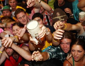 На сегодняшний день в России рост потребления пива сопровождается увеличением контингента пьющих в основном за счёт детей, подростков и женщин детородного возраста.  Фото: Johannes Simon/Getty Images
