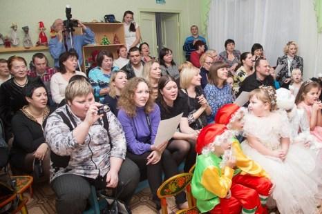 Родители поют песню «Потолок ледяной …». Новогодний утренник в детском саду. Фото: Сергей Лучезарный/Великая Эпоха (The Epoch Times)