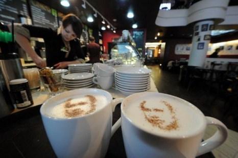 В Москве появились кафе, в которых готовят кофе с портретами кандидатов в президенты в технике латте-арт. Фото: AFP PHOTO / KIRILL KUDRYAVTSEV