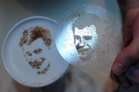 Портрет миллиардера Михаила Прохорова в технике латте-арт на кофе. Фото: AFP PHOTO / KIRILL KUDRYAVTSEV