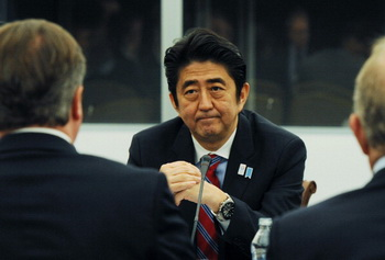 Премьер-министр Японии Синдзо Абэ в свой предыдущий апрельский визит в Москву заявил, что совместное сотрудничество выгодно обеим странам. Фото: Stefan Rousseau - WPA Pool/Getty Images