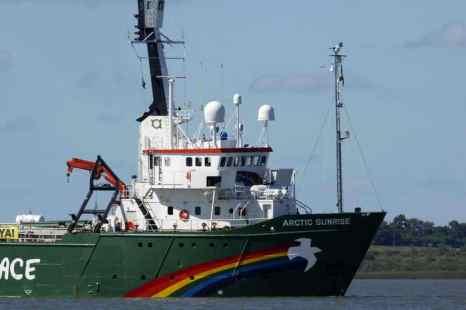 Сегодня у российского посольства в Веллингтоне (Новая Зеландия) прошла акция в поддержку активистов Greenpeace International, задержанных российскими пограничниками в Печорском море. Фото: MIGUEL ROJO/AFP/Getty Images