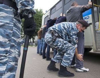 Проверка мигрантов в Москве. Фото: YEVGENY FELDMAN/AFP/Getty Images