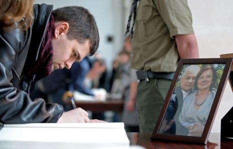 Лех Качиньский погиб. Польша скорбит о погибших президенте и своих гражданах. Фото: JANEK SKARZYNSKI/AFP/Getty Images