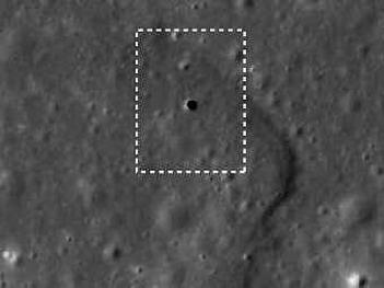 Загадочное отверстие в лунной поверхности (на снимке) имеет свои аналоги и на других планетах, такие как чёрные провалы на Марсе (фото ISAS/JAXA/Junichi Haruyama et al.).