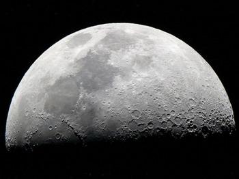 Луна, сфотографированная зеркальным телескопом TAL2M с окулярной проекцией. Фото: Jцrg Trampert/Pixelio