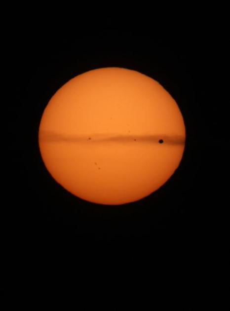 В последний раз за 100 лет Венера прошла  по диску Солнца. Снимки были сделаны 5 июня 2012 близ Ориндж, Калифорния. Фоторепортаж. Фото: David McNew/Getty Images)
