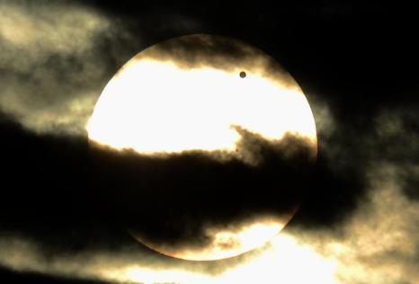 Фотографии  транзита Венеры по диску Солнца с  разных точек Земли. Мэриленд, США. Фоторепортаж. Фото: SAID TED ALJIBE, JACK GUEZ, KHATIB/AFP/GettyImages