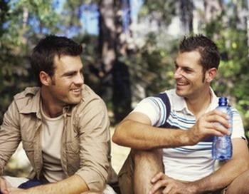 Найдена связь между склонностью человека отзываться положительно об окружающих его людях и его ощущением благополучия и социальной направленностью. Фото с сайта Photos.com.